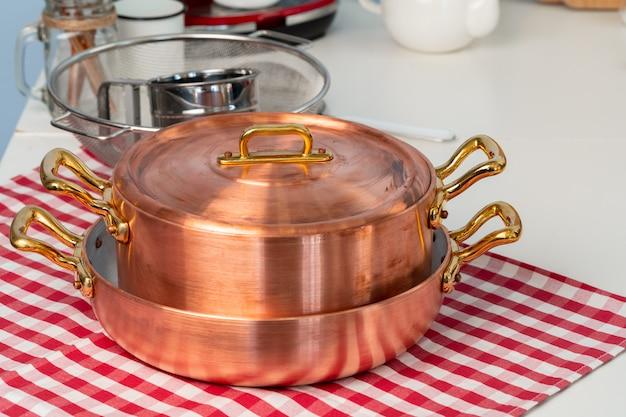 Schoon kookgerei, keukengerei close-up op tafel in moderne keuken
