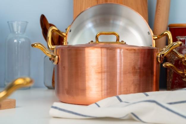 Schoon kookgerei, keukengerei op tafel in moderne keuken