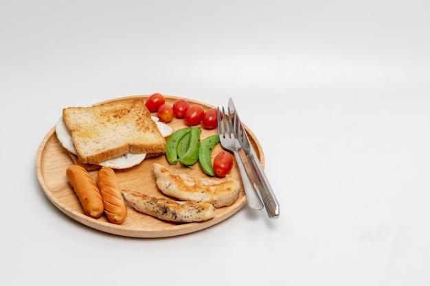 Schoon naar huis gemaakt die ontbijt op witte achtergrond wordt geïsoleerd.
