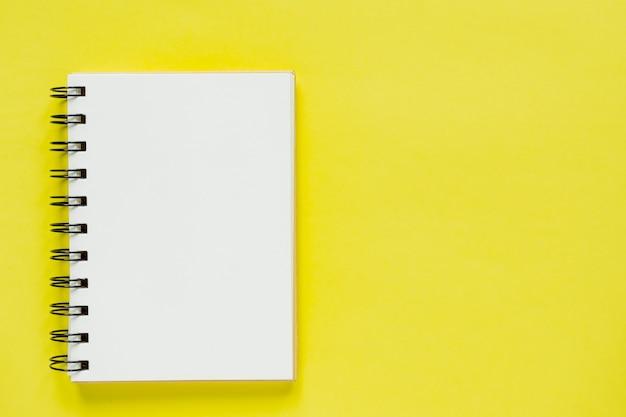 Schoon spiraalvormig notitieboek voor notities. minimale zakelijke flat lag mock-up