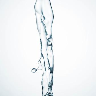 Schoon water dat op witte achtergrond stroomt