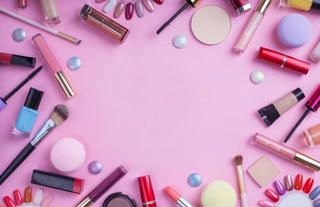 Schoonheid achtergrond met cosmetische producten op roze achtergrond