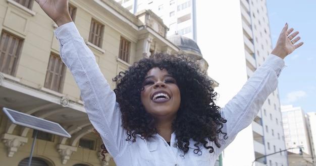 Schoonheid afro-amerikaanse vrouw die naar de horizon kijkt. mooie vrouw met krullend haar die zich vreedzaam voelt. schattige zwarte vrouw genieten van frisse lucht denken over het leven, optimistisch.