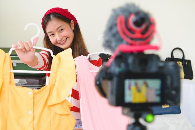 Schoonheid aziatische vlogger blogger-interview met professionele digitale spiegelreflexcamera met digitale camera