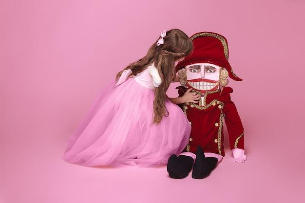 Schoonheid ballerina met notenkraker op roze