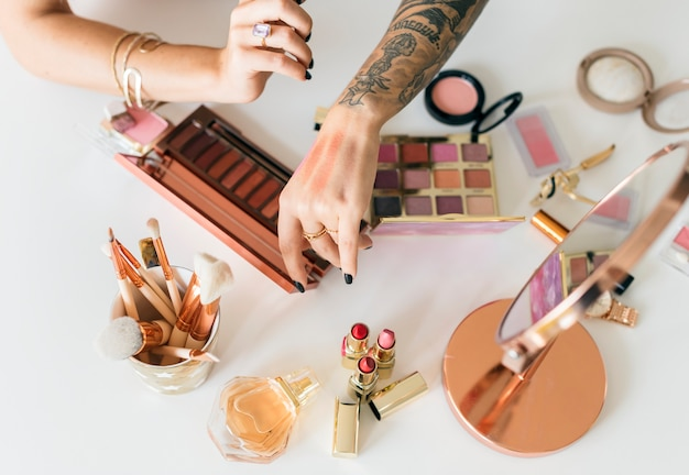 Schoonheid blogger die make-uphandleiding maakt