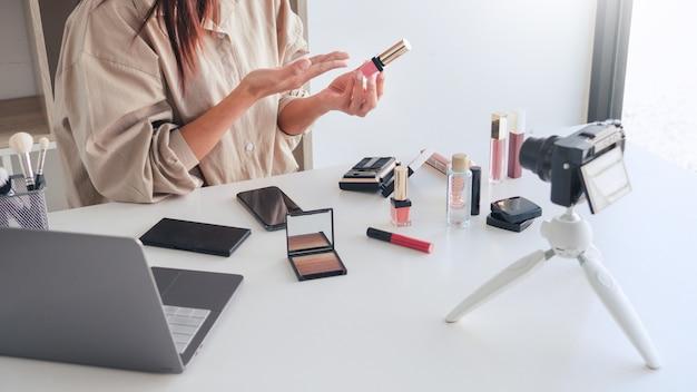 Schoonheid blogger video opnemen en cosmetica thuis presenteren