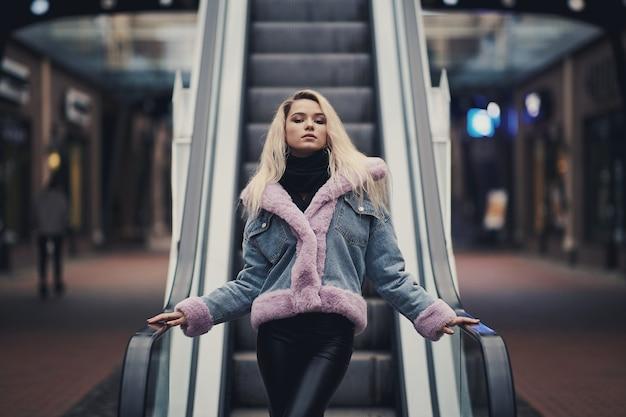 Schoonheid blond meisje in winkelcentrum