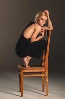 Schoonheid blonde vrouw op stoel