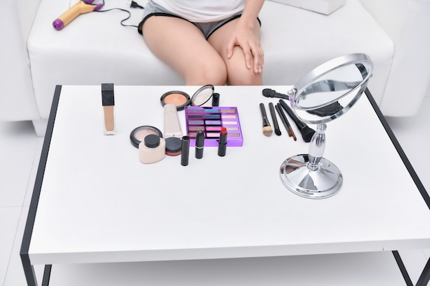 Schoonheid concept. mooi meisje die make-up thuis doen