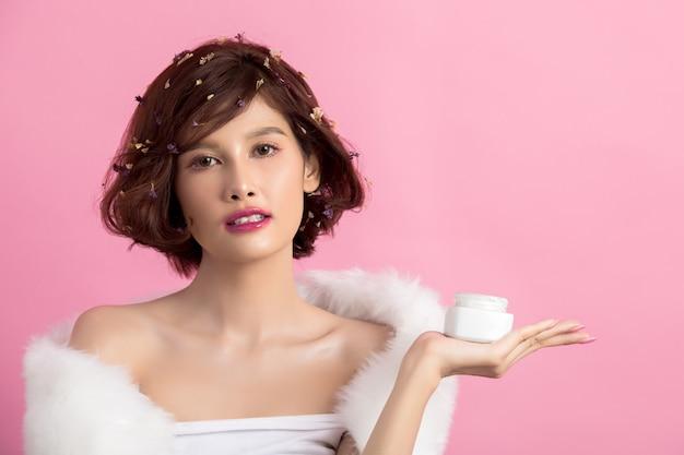 Schoonheid concept. vrouw houdt een vochtinbrengende crème in haar hand