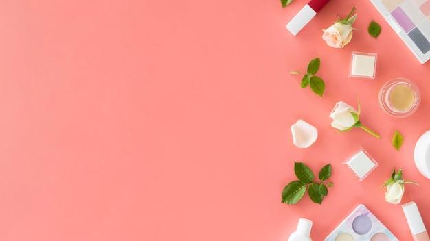 Schoonheid cosmetica producten en rozen met kopie-ruimte
