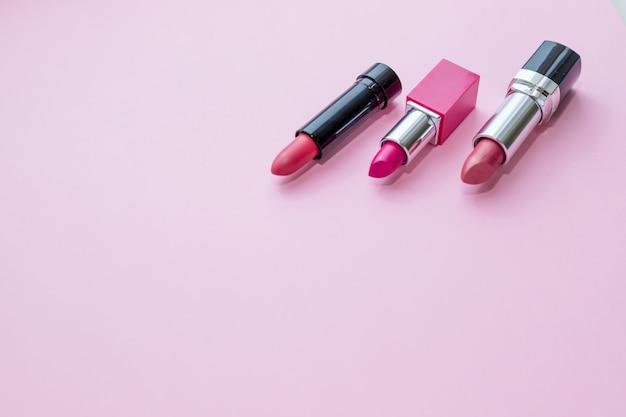 Schoonheid cosmetische collectie. modetrends in cosmetica met heldere lippen delisieuze structuren. kleurrijke tonen, lippenstift. make-up en schoonheid.
