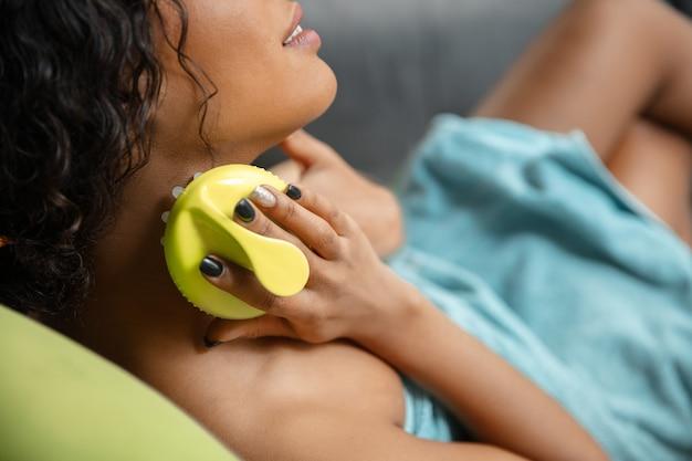 Schoonheid dag. vrouw doet haar dagelijkse huidverzorgingsroutine thuis