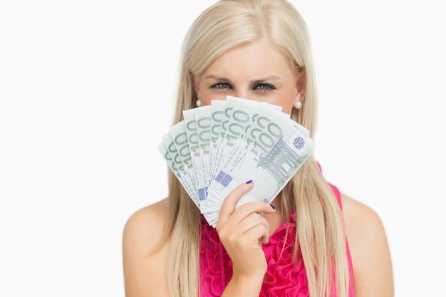 Schoonheid die 100 euro bankbiljetten houdt