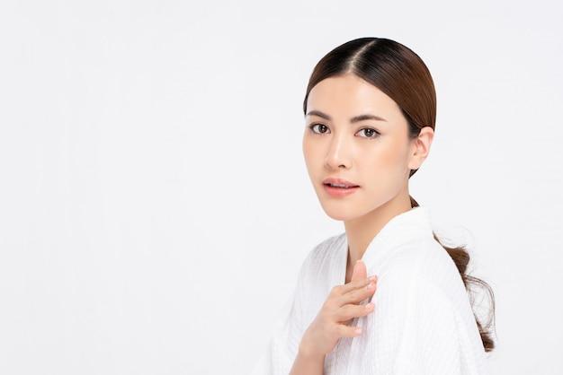 Schoonheid die van jeugdige heldere huid vrij aziatische vrouw is ontsproten
