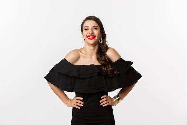 Schoonheid en mode-concept. elegante jonge vrouw partij jurk en rode lippenstift dragen