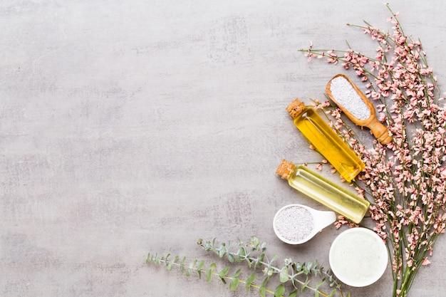 Schoonheid en mode concept met spa ingesteld op pastel rustieke houten achtergrond.