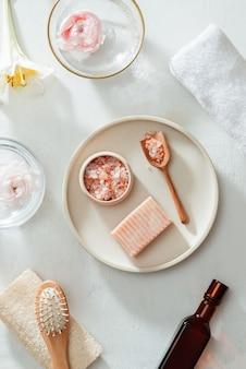 Schoonheid en mode concept met spa ingesteld op witte achtergrond