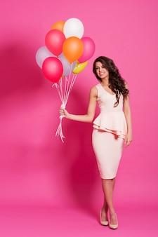 Schoonheid en modieuze vrouw met multi gekleurde ballons
