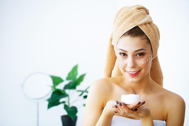 Schoonheid en verzorging, portret van meisje met handdoek op hoofd
