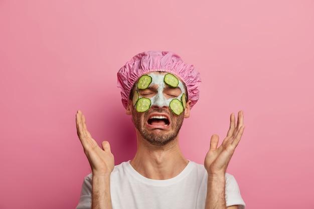 Schoonheid en wanhoop. ongelukkige man huilt en steekt zijn handpalmen voor het gezicht, vergeet het kopen van een belangrijk cosmetisch product