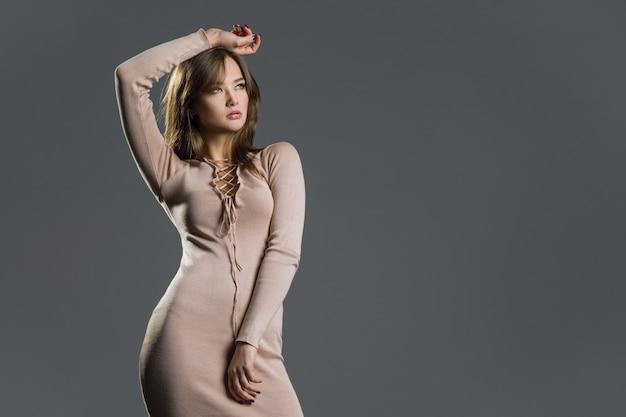 Schoonheid fashion model meisje stijlvolle gebreide jurk dragen