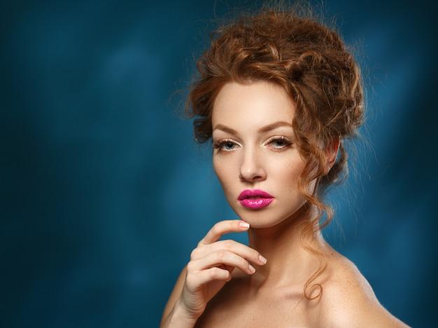 Schoonheid fashion model vrouw met krullend rood haar, lange wimpers. mooie stijlvolle vrouw met een gezonde gladde huid.