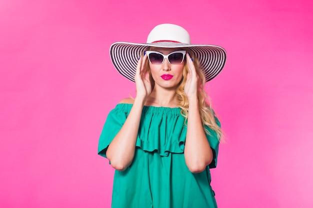 Schoonheid gelukkig mannequin vrouw draagt ?? een zonnebril. positieve emoties uiten, glimlach.
