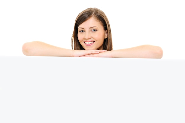 Schoonheid gelukkig vrouwelijk gezicht met leeg bord