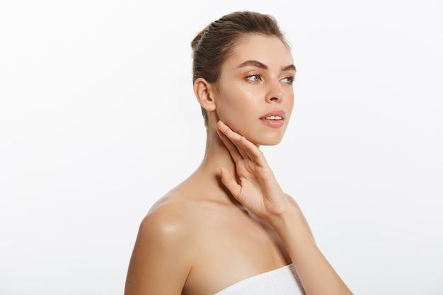 Schoonheid gezicht van jonge vrouw. huid zorg concept. close-upportret op wit wordt geïsoleerd dat