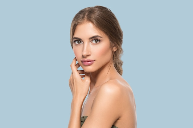 Schoonheid gezicht vrouw ogen close-up gezonde gezichtshuid. kleur achtergrond. blauw