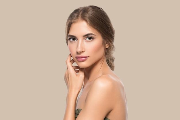 Schoonheid gezicht vrouw ogen close-up gezonde gezichtshuid. kleur achtergrond. bruin