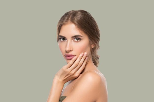 Schoonheid gezicht vrouw ogen close-up gezonde gezichtshuid. kleur achtergrond. groente