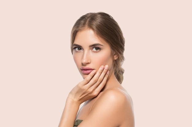 Schoonheid gezicht vrouw ogen close-up gezonde gezichtshuid. kleur achtergrond. roze