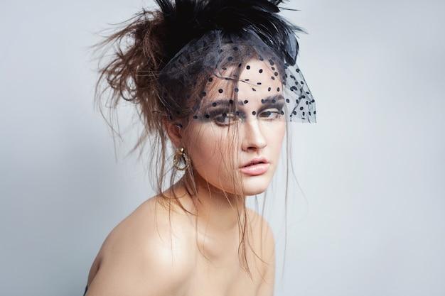 Schoonheid high fashion model meisje met perfecte mooie naakt make-up en sluier poseren in studio, witte achtergrond