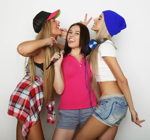 Schoonheid hipster meisjes met een microfoon zingen en plezier maken