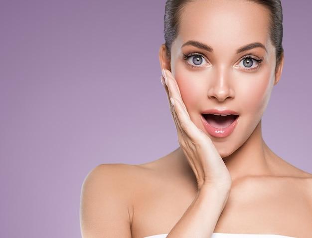 Schoonheid huid vrouw gezicht huid cosmetische natuurlijke make-up gelukkig model emotioneel gezicht manicure nagels hand