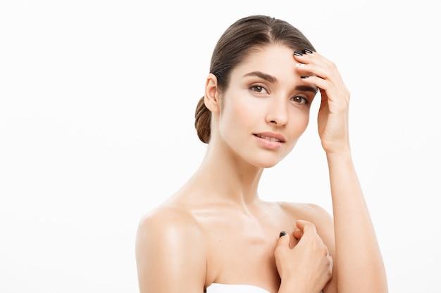 Schoonheid huid zorg concept mooie blanke vrouw gezicht portret mooie schoonheid jong vrouwelijk model meisje aanraken van haar gezicht huid wangen handen vingers mode schoonheid model geïsoleerd op wit