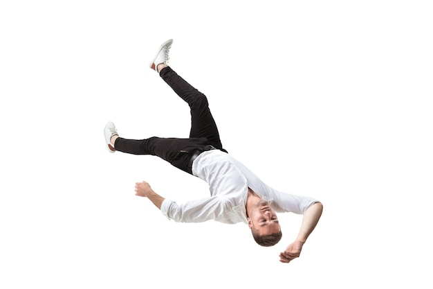 Schoonheid in de lucht greep in een oogwenk. volledige opname van een jonge man die in de lucht zweeft en zijn ogen gesloten houdt. zweven in vrije val, gebrek aan zwaartekracht, vliegen. vrijheid, emoties, kunstwerkconcept.