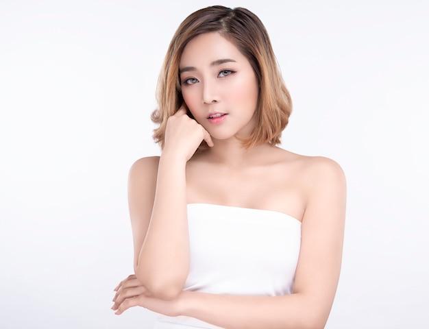 Schoonheid jonge aziatische vrouw met perfecte gezichtshuid. gebaren voor advertentiebehandeling spa en cosmetologie.