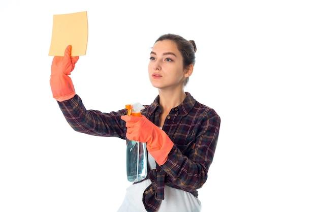 Schoonheid jonge meid vrouw met reinigingsmiddelen geïsoleerd op een witte muur