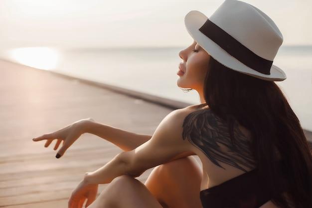 Schoonheid jonge natuurlijke mooie vrouw, bleke jurk poseren, tropische vakantie,