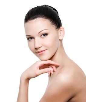 Schoonheid jonge vrouw met een gezonde huid op wit wordt geïsoleerd