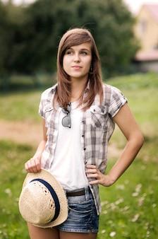 Schoonheid jonge vrouw met fedorahoed in de hand