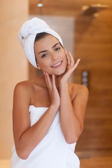 Schoonheid lachende vrouw na douche