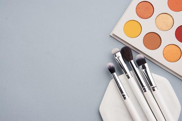Schoonheid lay-out op een gekleurde achtergrond met cosmetica