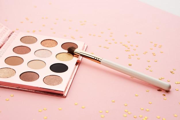 Schoonheid lay-out op een roze oppervlak met cosmetica en sieraden