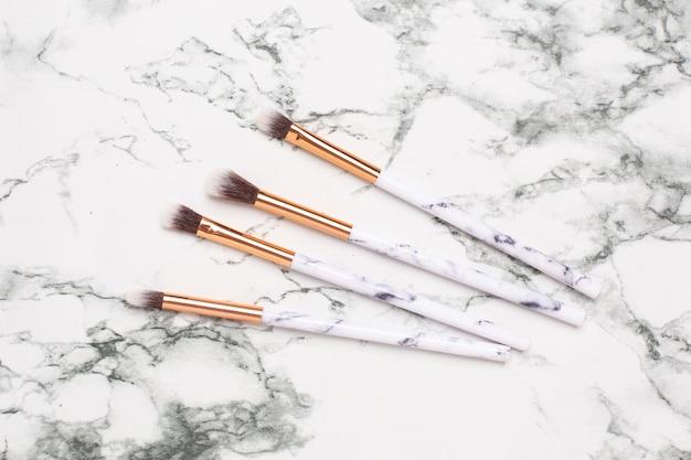 Schoonheid make-up borstels op een marmer