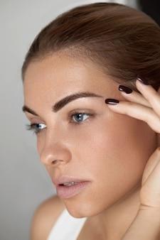 Schoonheid make-up. mooie vrouw gezicht met ogen en wenkbrauwen